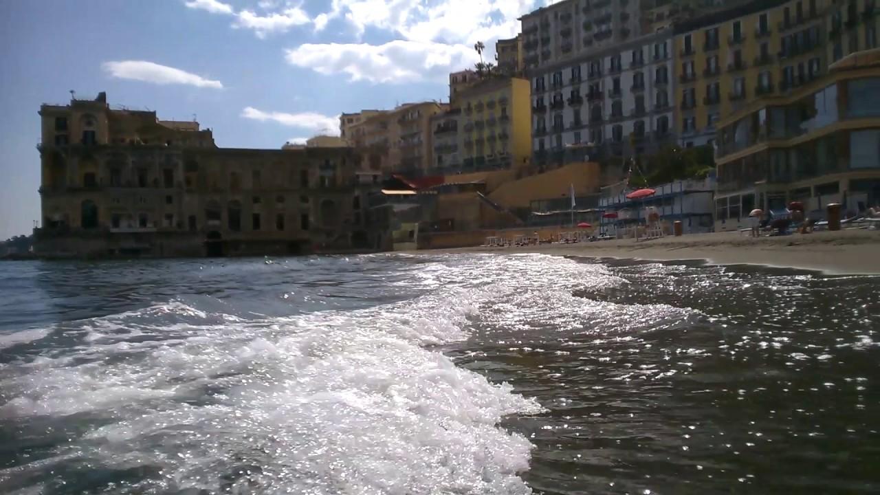 Voglia di mare a napoli pienone a mappatella beach e nei lidi