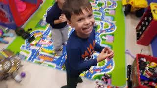 Игра на барабане. Дети играют. Детская комната.