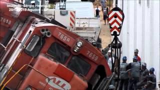 Guindastes colocando locomotivas nos trilhos em Agudos. Parte 1
