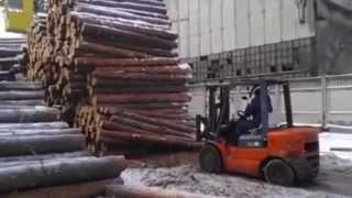 Эпичный водитель мини погрузчика(Вот почему водитель любой спец.техники должен быть абсолютным профессионалом... Wild lumber worker., 2015-10-22T07:27:45.000Z)