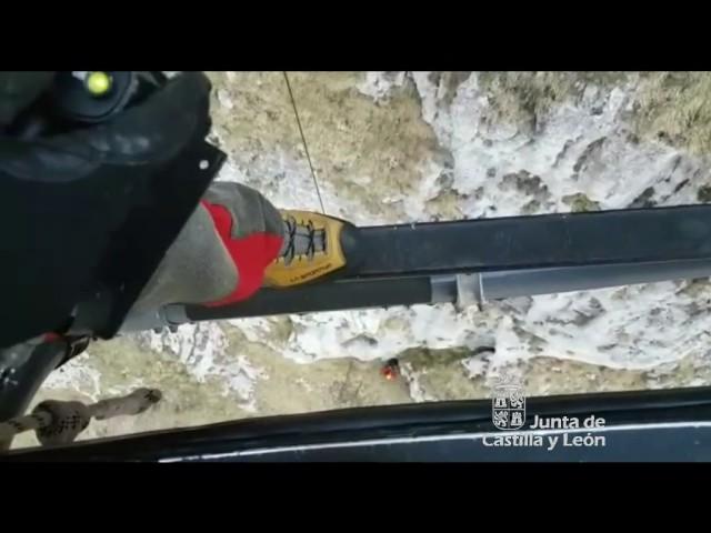El grupo de rescate auxilia a un montañero enriscado en Picos de Europa