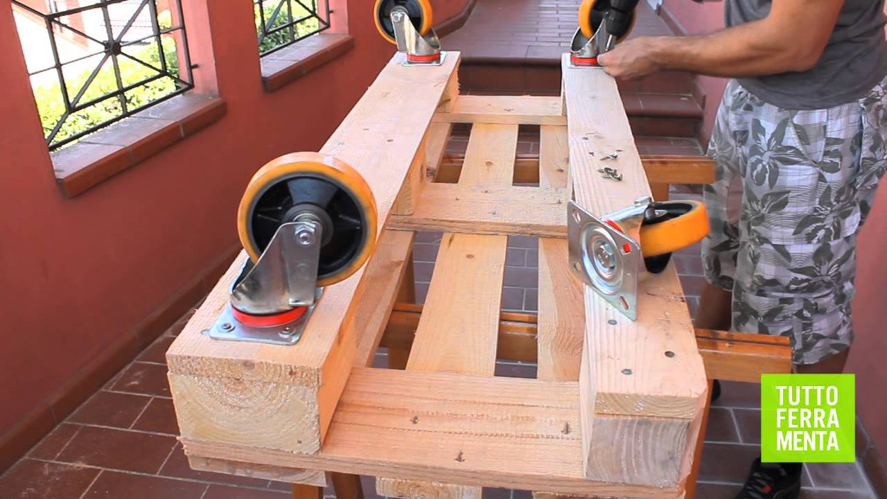 Pallet faidate come costruire un divanetto in legno di pallet in poche mosse youtube - Costruire un giardino ...