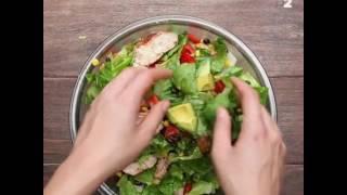 Салат с куриной грудкой и заправкой из авокадо