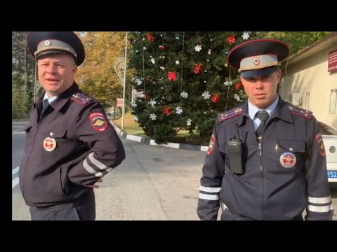 """ДПС Сочи """"работают"""" за подарки от деда мороза, спрятавшись за елочкой?"""