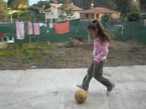 Dominando El Balon Girl