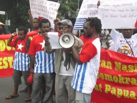 ALIANSI MAHASISWA PAPUA Membacan Pernyataan sikap 1 juli 2013