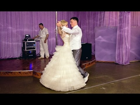 Жених и невеста танцуют вальс на свадьбе. Свадебный танец ...