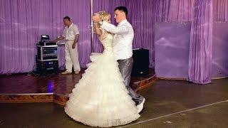Жених и невеста танцуют вальс на свадьбе. Свадебный танец