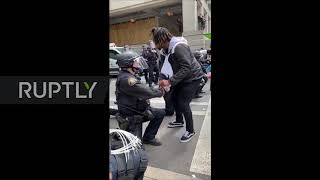 USA: Portland police officers take a knee in solidarity with George Floyd protesters