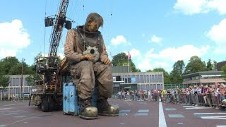 The Giants puppets of Royal de Luxe make their Dutch premiere