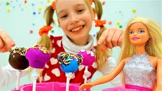 Катя и кукла Барби готовят пирожные - Распаковка и поделки