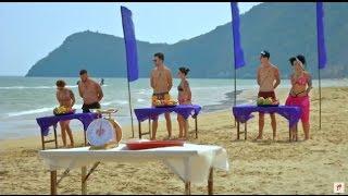 Baietii si ispitele au parte de un concurs pe plaja