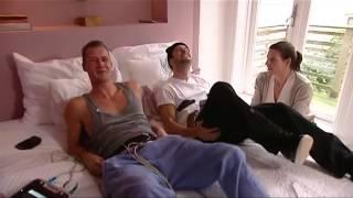 Repeat youtube video 2 Hommes experimentent les douleurs des contractions d'un accouchement. Sous-titres en français