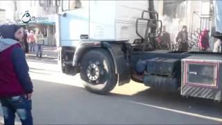 وكالة قاسيون  لحظة دخول قوافل الأمم المتحدة الاغاثية على حي الوعر بحمص 5-12-2015
