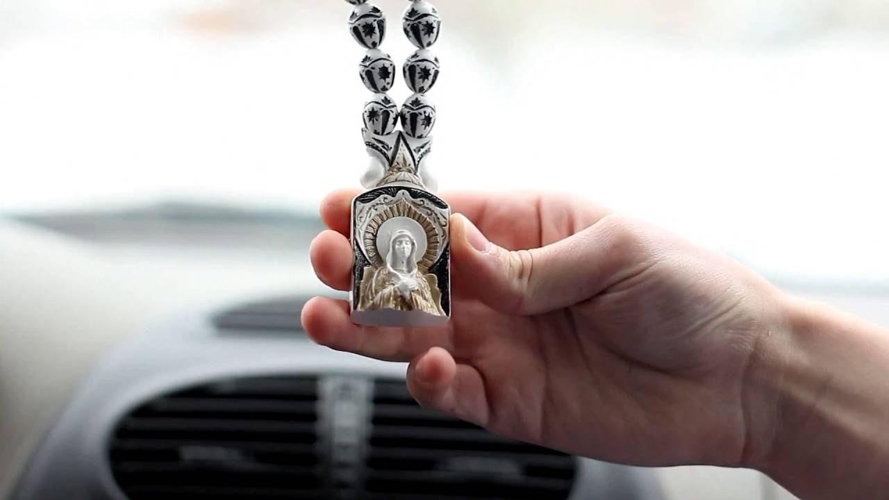 Во многих традициях на свободных концах чёток оставляют несколько бусин, которые используются в качестве счётчиков полностью отчитанных чёток. Христианские чётки часто имеют в своём составе крест, медальон и (или) кисточку. Старообрядческая лестовка имеет на месте соединения концов.