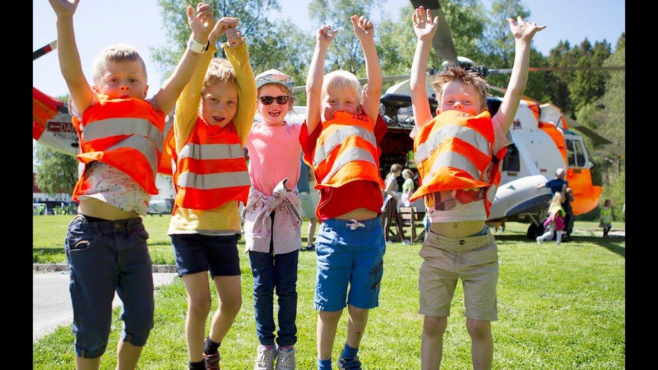 Barn på besøk hos brannvesenet