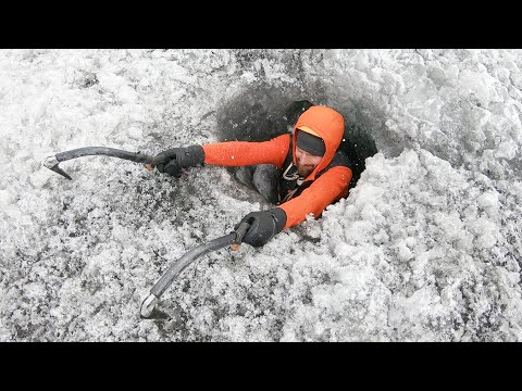 Exploration d'une grotte de glace souterraine (Claustrophobie)