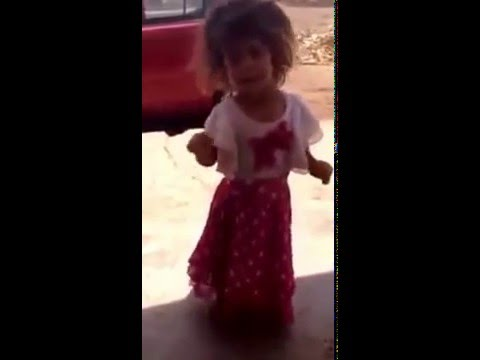 بنت صغيرة تغني الشعبي المغربي بطﻻقة ... مضحك جدا thumbnail