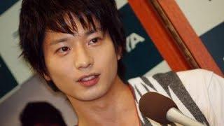 「永遠の0」のドラマ化で、主演の向井理さんが、丸坊主姿を披露してくれ...