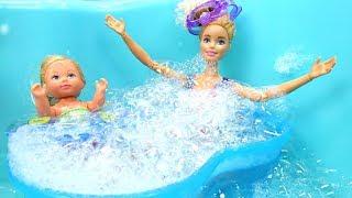 Barbie ve Chelsea havuza giriyorlar. Havuz oyunu