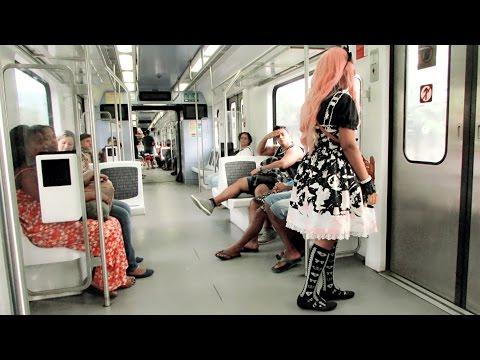 Andando na rua usando moda lolita