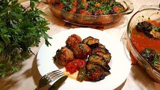 Мясные шарики с баклажанами и томатами в духовке.
