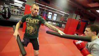 Тренировка бойца нудлами на реакцию в боксе   Уходы в сторону   Урок 5