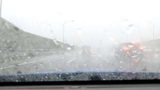 高速道路で豪雨に突入する瞬間 thumbnail