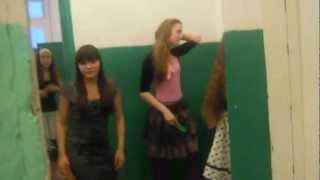 ахаха :D Чем девченки занимаются в туалете :DD