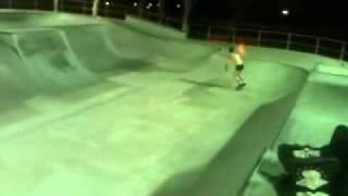 Homem Cueca andando de skate