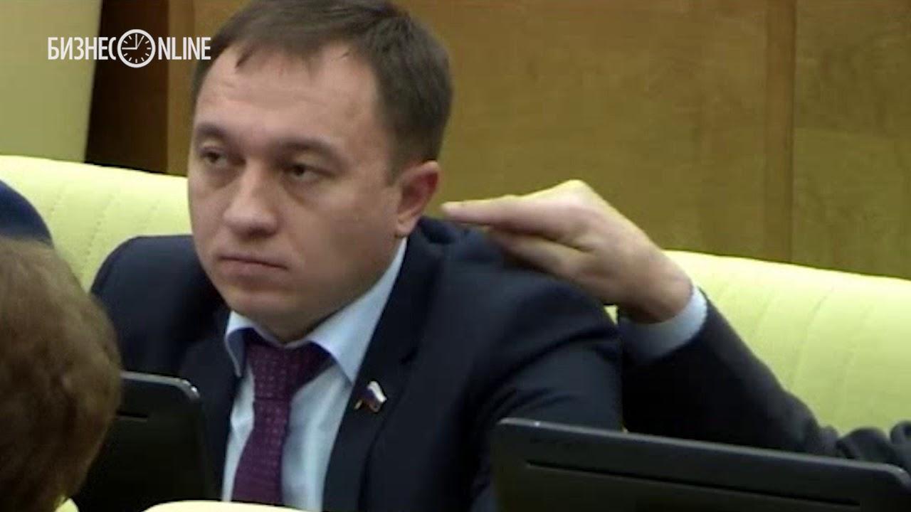 Депутат Госдумы на заседании попытался сунуть палец в ухо коллеге