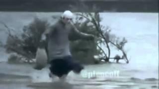 Бабка бегает по воде радуясь покупками