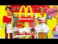 La familia Sugar & Spice van a McDonald's | Muñecas y juguetes con Andre para niñas y niños