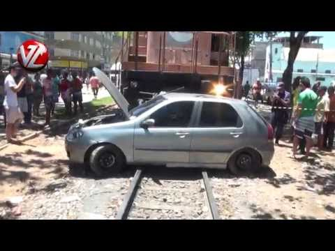 Carro é atingido por trem na Vila Nova em Barra Mansa