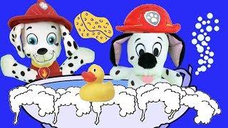 Aprende con juguetes Paw patrol a bañarte con bebé Marshall. Videos para niños en español