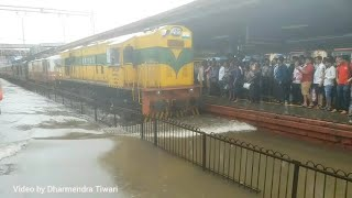 Mumbai Train in Water|Rajkot Duranto Train |Water jam in Nallasopara Station|Mumbai Train in Rain