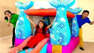 Wendy Giả Bộ Chơi với Nhà Phao Lâu Đài Nàng Tiên Cá Khổng Lồ