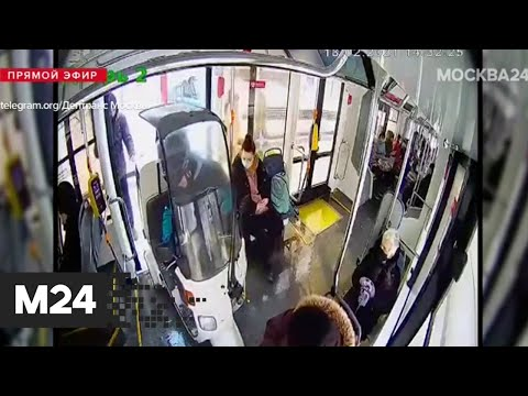 Работник службы доставки забрался в транспорт вместе со своим скутером - Москва 24