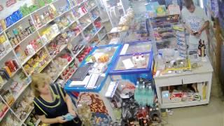 Вор грабит магазин в Москве