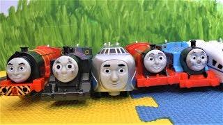 игрушки из мультфильма Томас и его друзья. Играем в паровозики