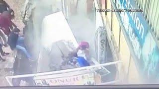 شاهد: كاميرات المراقبة ترصد لحظة إبتلاع الأرض لسيدتين في تركيا…