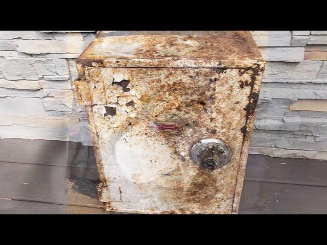 Den rustne boksen lå i hagen i årevis. Da huseierne åpnet den, fikk de sjokk