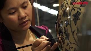 Cận cảnh quy trình vẽ vàng kim 24K trên gốm Chu Đậu.
