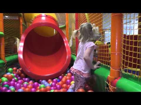 Детский лабиринт: дети катаются с горки. Бассейн с шариками, батут. Indoor playground with balls