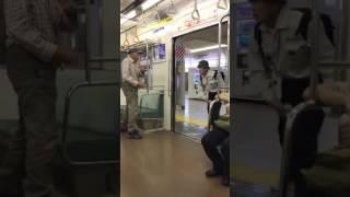 電車で喧嘩を売って缶ビールをかけるきちがい thumbnail