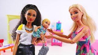 Barbie sucht eine Tagesmutter. Spielzeugvideo für Kinder. Spielspaß mit Puppen