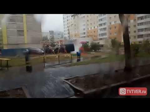 В Заволжском районе Твери асфальт во дворе кладут в дождь