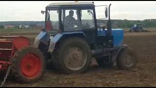 Посев с помощью трактора МТЗ и сеялки