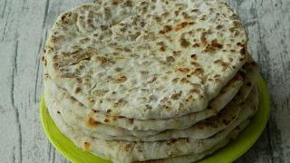 Как приготовить сырные  лепешки на кефире  с начинкой из колбасы