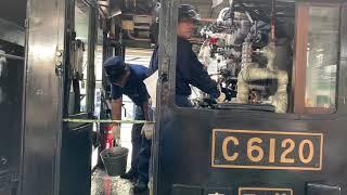 C6120 SLぐんまみなかみ号 ばんえつ物語 蒸気機関車 高崎駅にて 石炭を火室へ放り込む steam locomotive